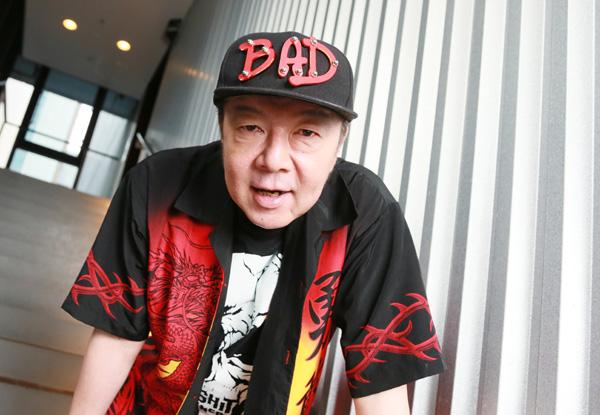 BADと書かれたキャップをかぶっている古田新太の画像